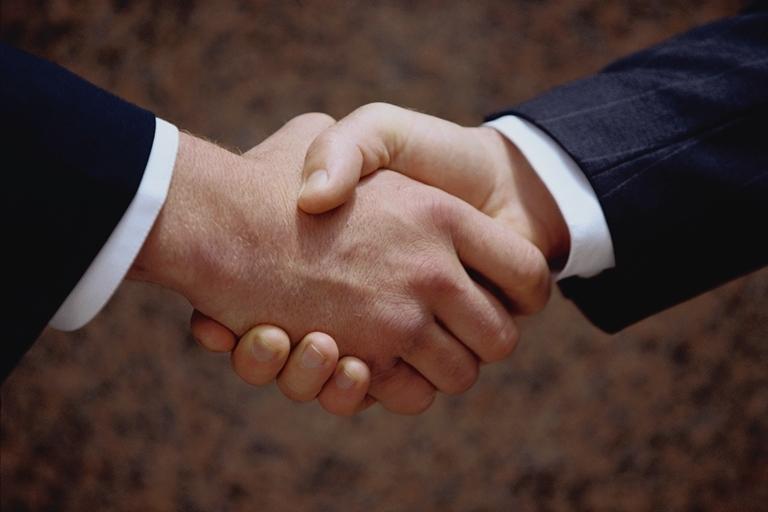 كيف تكون علاقات ناجحه handshake.jpg